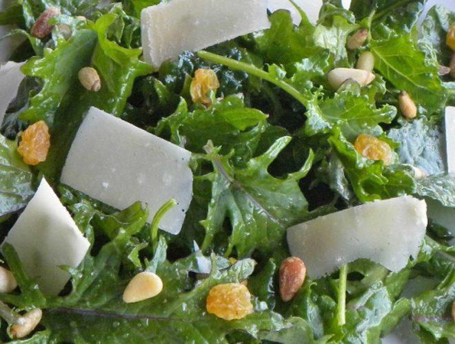 Salade de chou frisé jeune avec raisins secs, pignons de pin et gouda