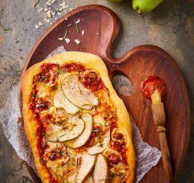 Pizza aux poires  avec oignons caramélisés et prosciutto