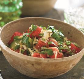 Salade de tomates, concombre, orzo et herbes fines