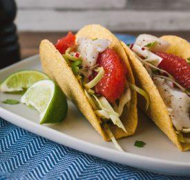 Tacos épicés au poisson avec salade de chou et pamplemousse de la Floride