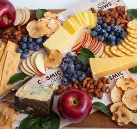 Un plateau de fromage quotidien avec des pommes Cosmic Crisp
