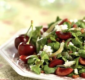 Salade de mâche avec cerises de Californie et pancetta
